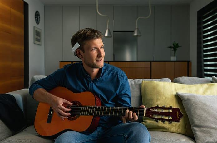 homme jouant à la guitare portant le bandeau connecté neorhythm